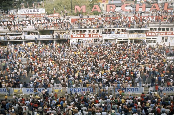 1974 Le Mans 24 hours.Le Mans, France. 15-16 June 1974.Crowds invade the track in front of the pits at the end of the race. Atmosphere.World Copyright: LAT PhotographicRef: 35mm transparency 74LM05