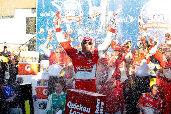 7-9 November, 2014, Avondale, Arizona USA Kevin Harvick celebrates in victory lane ?2014, Russell LaBounty LAT Photo USA