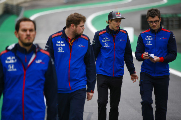 Brendon Hartley, Toro Rosso, walks the circuit with colleagues.
