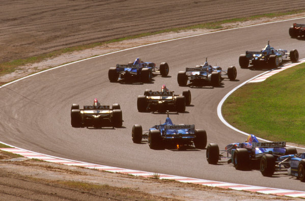 Suzuka, Japan.11-13 October 1996.The field piles around the First Curve at the start.Ref-96 JAP 03.World Copyright - LAT Photographic