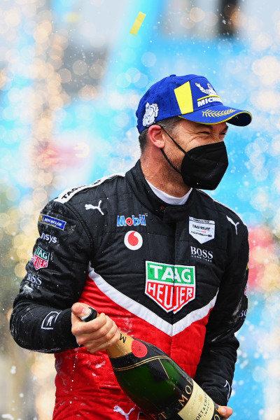 Andre Lotterer (DEU), Tag Heuer Porsche, 3rd position, sprays Champagne