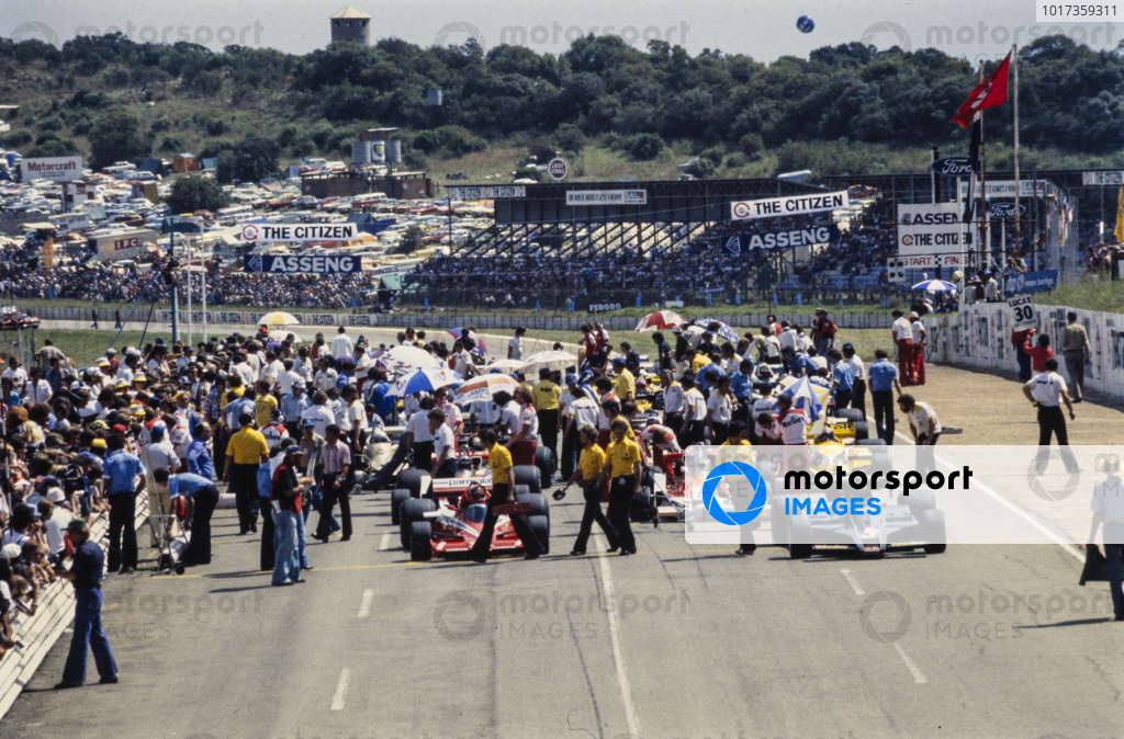 Niki Lauda, Brabham BT46 Alfa Romeo and Mario Andretti, Lotus 78 Ford line up on the front row of the grid as teams make final preparations.