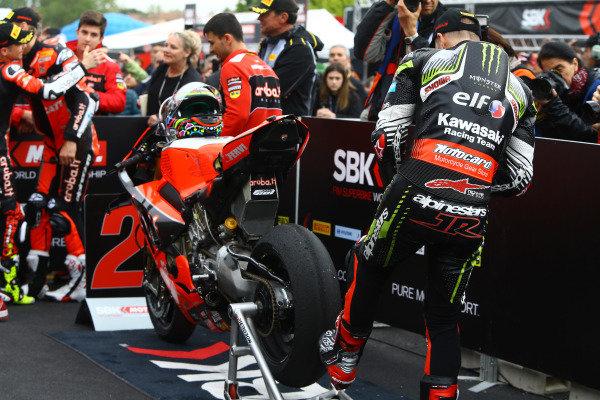 Jonathan Jonathan Rea, Kawasaki Racing Team inspecting Chaz Davies, Aruba.it Racing-Ducati Team tyre, World SBK.