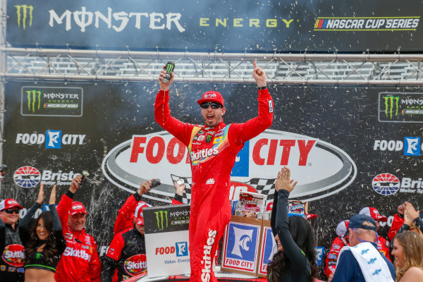 #18: Kyle Busch, Joe Gibbs Racing, Toyota Camry Skittles in victory lane