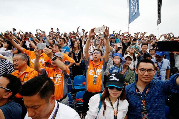 2016/2017 FIA Formula E Championship. Hong Kong ePrix, Hong Kong, China. Sunday 09 October 2016. Fans watch the race. Photo: Adam Warner/LAT/Formula E ref: Digital Image _L5R8158