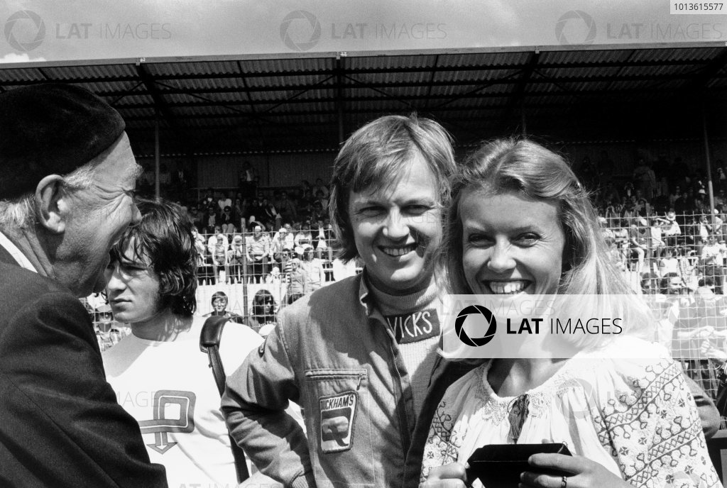 Dijon-Prenois, France. 7th July 1974.Ronnie Peterson (Lotus 72E-Ford), 1st position, with his wife, Barbro on the start line, portrait. World Copyright: LAT Photographic.Ref:  6532 - 8A.