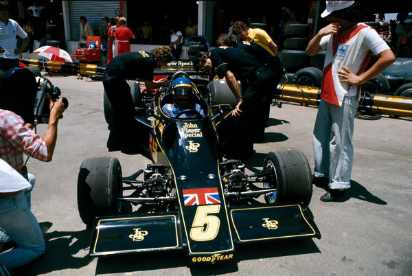 Interlagos, Brazil. 25 January 1976. Ronnie Peterson (Lotus 77-Ford), retired, pit lane, portrait.  World Copyright: LAT Photographic. Ref: 76BRA24