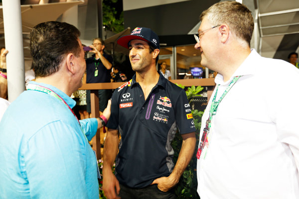 Marina Bay Circuit, Singapore. Saturday 19 September 2015. Daniel Ricciardo, Red Bull Racing, with the Honorable John Eren, Minister for Tourism and Major Events, Victorian Government Australia, and John Harnden, CEO, Australian Grand Prix Corporation. World Copyright: Alastair Staley/LAT Photographic ref: Digital Image _79P2489
