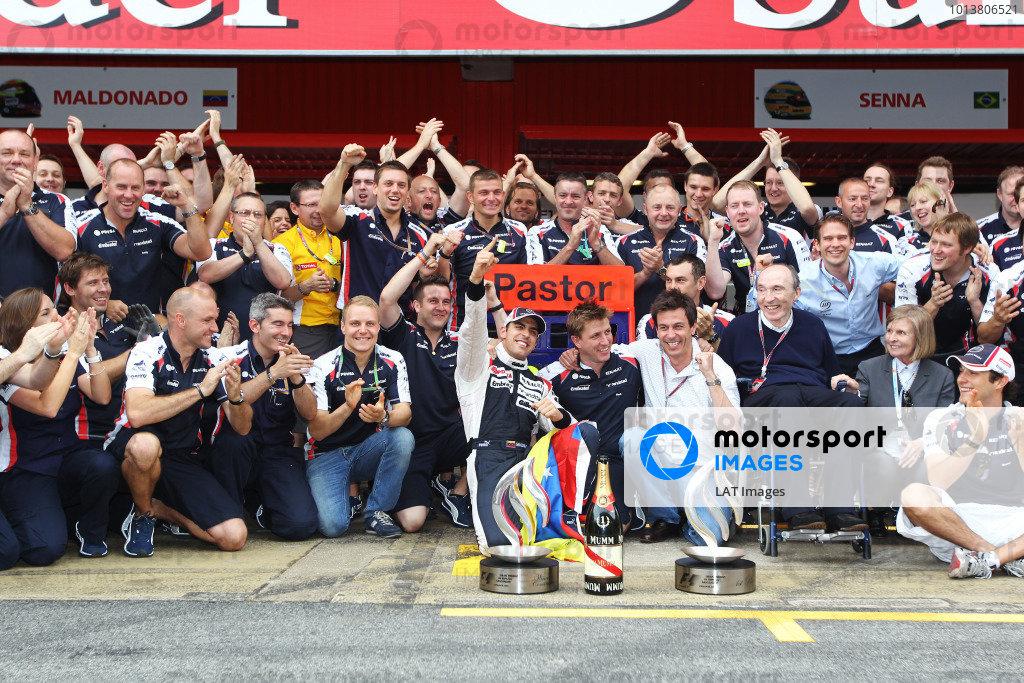 Circuit de Catalunya, Barcelona, Spain13th May 2012Pastor Maldonado, Williams F1 Team, celebrates victory with his team.World Copyright:Glenn Dunbar/LAT Photographicref: Digital Image CG8C5926