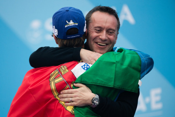 Roger Griffiths, Chief Technology Officer, BMW I Andretti Motorsport embraces winner Antonio Felix da Costa (PRT), BMW I Andretti Motorsports on the podium
