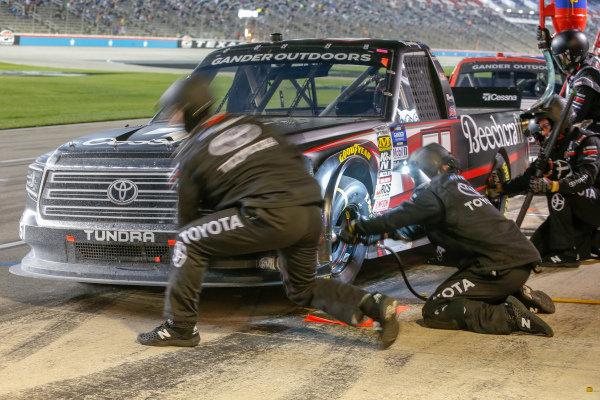 #51: Kyle Busch, Kyle Busch Motorsports, Toyota Tundra Cessna pit stop