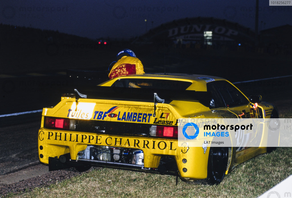 The Venturi 600 LM of Ferdinand de Lesseps / Paul Belmondo / Jacques Tropenat stops by the side of the track.