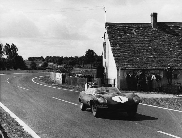 Le Mans, France. 28th - 29th July 1956 Mike Hawthorn/Ivor Bueb (Jaguar D-type), 6th position, action. World Copyright: LAT Photographic Ref: Autocar Used Pic 3rd August 1956 Pg 154.