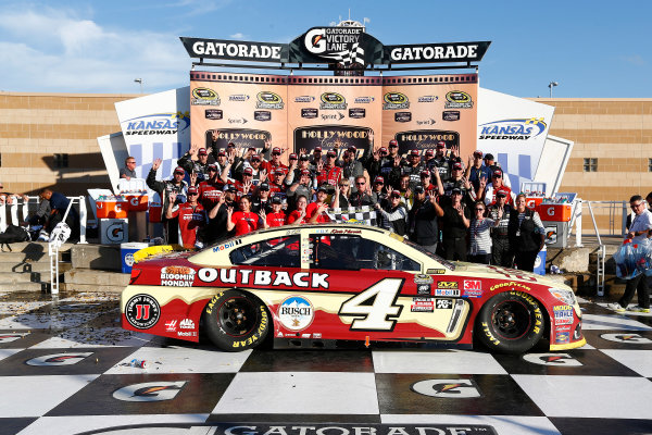 14-16 October, 2016, Kansas City, Kansas, USA Kevin Harvick and crew celebrate in victory lane ?2016, Phillip Abbott LAT Photo USA