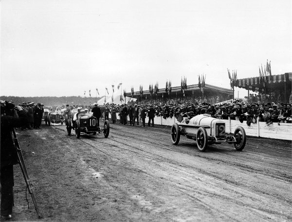 Le Mans, France. 25th July 1921. Jimmy Murphy (Duesenberg) leads Sir Henry Segrave (Sunbeam) at the start. Murphy finished in 1st position, action.  World Copyright - LAT Photographic. Ref - Autocar Glass Plate 7255.