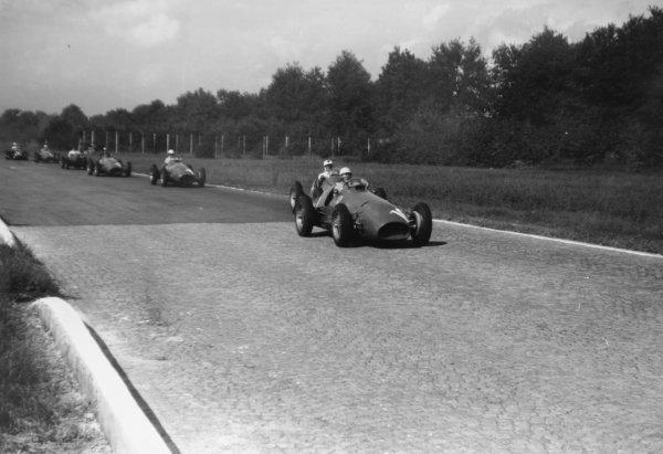 1952 Italian Grand Prix.Monza, Italy. 7 September 1952.Luigi Villoresi (Ferrari 500) leads Felice Bonetto (Maserati A6GCM), Giuseppe Farina (Ferrari 500) and Piero Taruffi (Ferrari 500). The first five cars have already passed. Ref-52/50 #20A.World Copyright - LAT Photographic