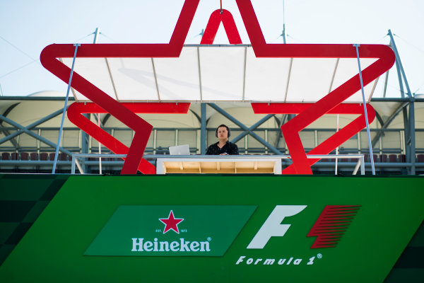 Autodromo Hermanos Rodriguez, Mexico City, Mexico. Friday 27 October 2017. DJ at the Heineken beer garden. World Copyright: Sam Bloxham/LAT Images  ref: Digital Image _J6I9423