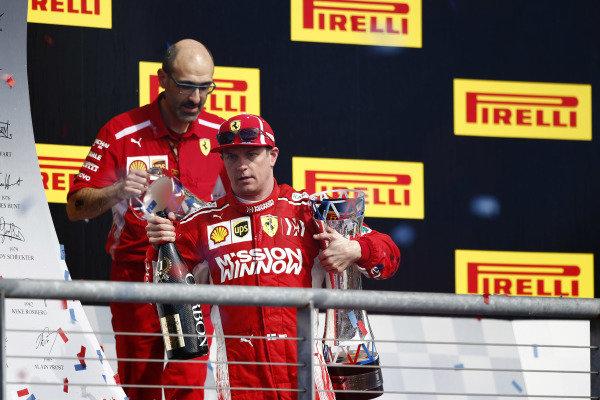 Kimi Raikkonen, Ferrari, so svojim šampanským a trofejou na pódiu po výhrade pretekov