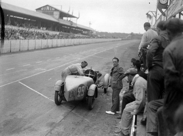 Just-Emile Vernet / Fernand Vallon, Y. Giraud-Cabantous, Caban Spéciale, makes a pit stop.