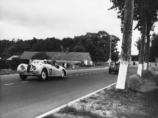 Le Mans, France. 24th - 25th June 1950 Leslie Johnson/Bert Hadley (Jaguar XK120S), retired, action. World Copyright: LAT Photographic Ref: Autocar Glass Plate C27281.