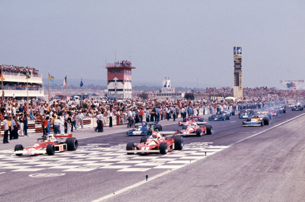 Paul Ricard, Le Castellet, France.2-4 July 1976.James Hunt (McLaren M23-Ford), 1st position, lines up next to Niki Lauda (Ferrari 312T2), retired, at the start, action.World Copyright - LAT Photographic