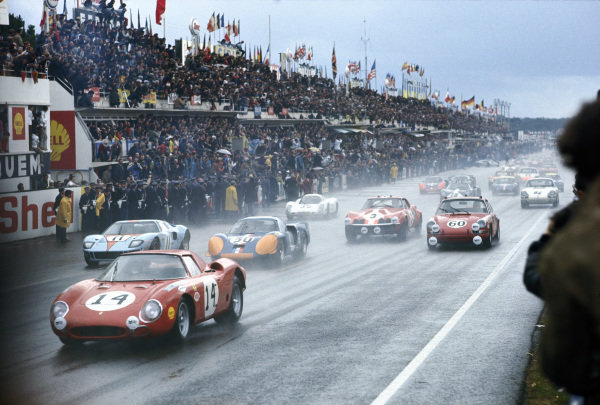 Masten Gregory / Charlie Kolb, North American Racing Team, Ferrari 250LM (car #14), leads a midfield pack away at the start.
