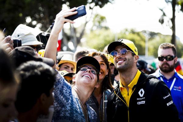 Daniel Ricciardo, Renault poses for a selfie with a fan
