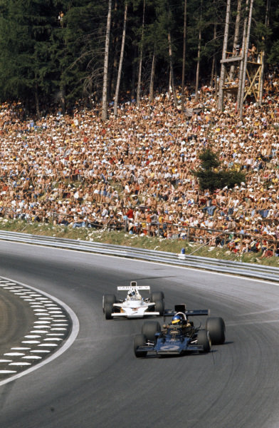 Ronnie Peterson, Lotus 72E Ford leads Denny Hulme, McLaren M23 Ford.