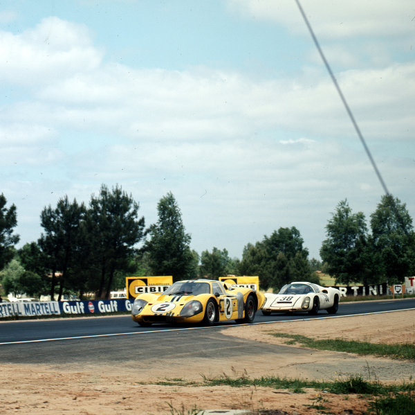 1967 Le Mans 24 hours.Le Mans, France.10-11 June 1967.Bruce McLaren/Mark Donohue (Ford GT40 Mk4) leads Rolf Stommelen/Jochen Neerpasch (Porsche 910/6). They finished in 4th and 6th positions respectively.Ref-3/2921.World - LAT Photographic