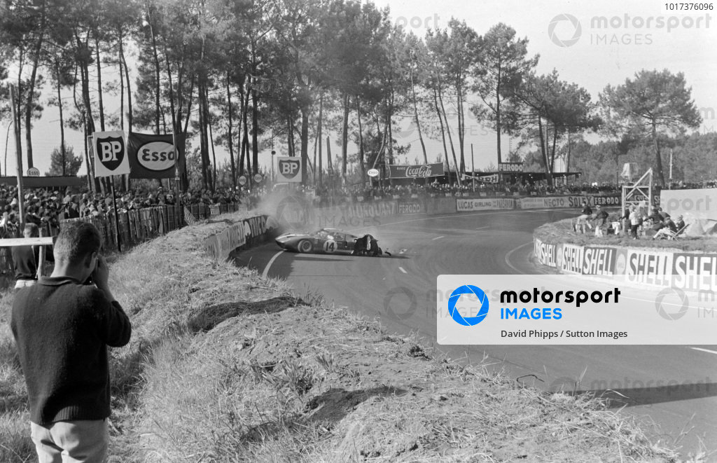 Peter Sutcliffe / Dieter Spoerry, Scuderia Filipinetti, Ford GT40, crashes out of the race.