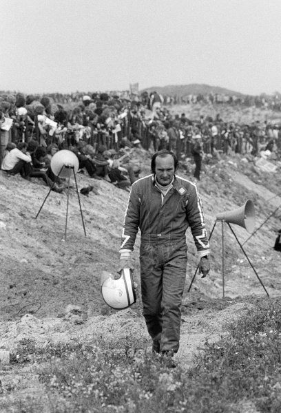 Mike Hailwood (GBR) Surtees begins to walk back to the pits after retiring from the race on lap 52 with an electrical failure.Dutch Grand Prix, Rd 10, Zandvoort, Holland, 29 July 1973.