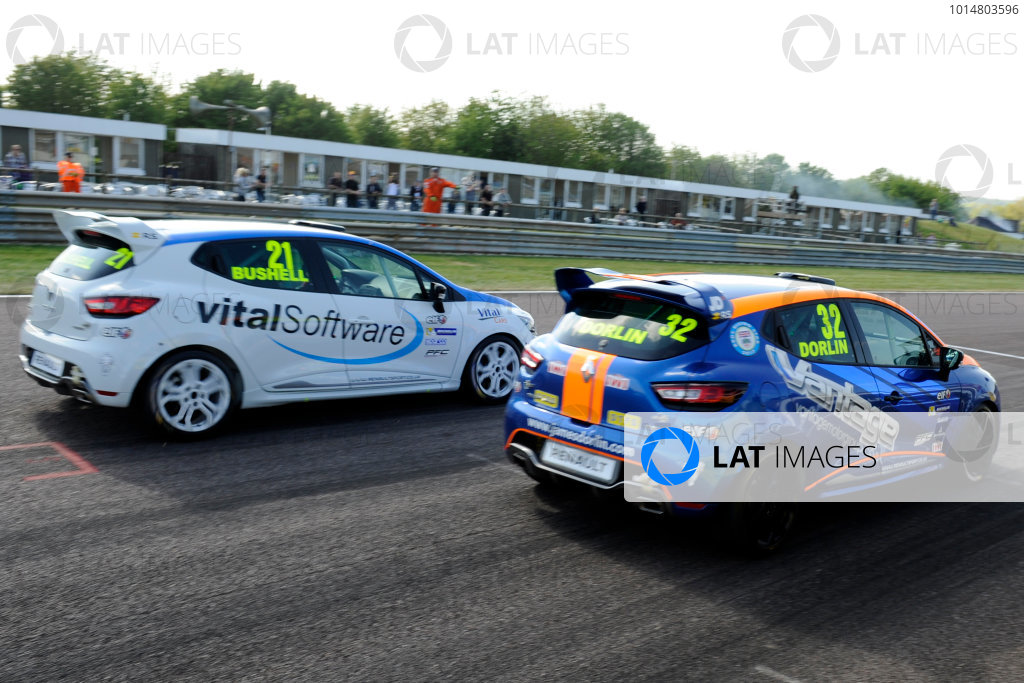 2017 Renault Clio Cup Thruxton, 6th-7th May 2017,  James Dorlin (GBR) Westbourne Motorsport Renault Clio Cup beats Mike Bushell (GBR) Team Pyro Renault Clio Cup to ewin race 2 World copyright. JEP/LAT Images