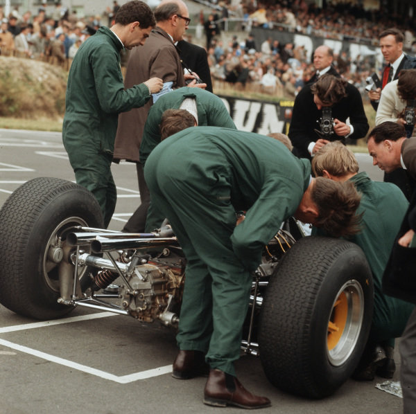 Brands Hatch, England.9-11 July 1964.Mechanics at work.Ref-3/1326.World Copyright - LAT Photographic