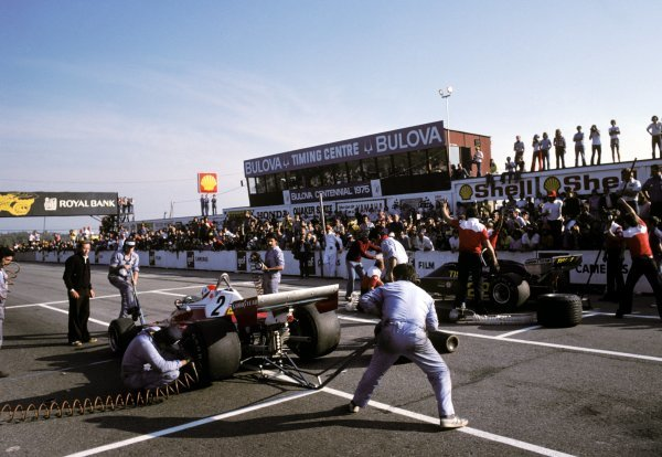 (L to R): Sixth placed Clay Regazzoni (SUI) Ferrari 312T2 and Jacky Ickx (BEL) Ensign NB176, who finished in thirteenth position, have a tyre changing competition on the main straight.Canadian Grand Prix, Rd14, Mosport Park, Canada, 3 October 1976.BEST IMAGE