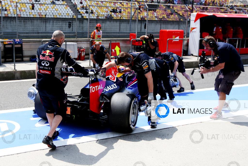 Shanghai International Circuit, Shanghai, China Saturday 13th April 2013 Mark Webber, Red Bull RB9 Renault, returns to the garage. World Copyright: Andy Hone/LAT Photographic ref: Digital Image HONZ4056