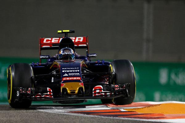 Yas Marina Circuit, Abu Dhabi, United Arab Emirates. Sunday 29 November 2015. Carlos Sainz Jr, Toro Rosso STR10 Renault. World Copyright: Sam Bloxham/LAT Photographic ref: Digital Image _SBL8909