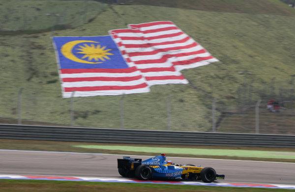 2005 Malaysian Grand Prix - Sunday Race, Sepang, Kuala Lumpur. Malaysia. 20th March 2005 RAce winner Fernando Alonso, Renault R25 (1st), action.World Copyright: Steve Etherington/LAT Photographic ref: 48mb Hi Res Digital Image Only