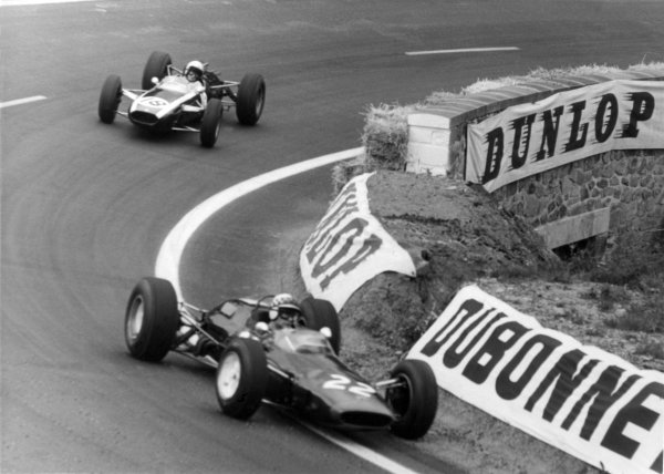 1965 French Grand Prix.Charade, Clermont-Ferrand, France.25-27 June 1965.Innes Ireland (Lotus 25), retired leads Bruce McLaren (Cooper T77), retired, action.World Copyright - LAT Photographic.Ref: B/W Print.