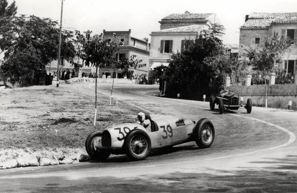 Pescara, Italy.15 August 1935.Achille Varzi (Auto Union B-typ) leads Louis Chiron (Alfa Romeo Tipo-B P3). They finished in 1st and 6th positions respectively.Published-Autocar 23/8/1935 p343. Ref-S85/197.World Copyright - LAT Photographic