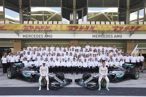 Yas Marina Circuit, Abu Dhabi, United Arab Emirates. Sunday 27 November 2016. Lewis Hamilton, Mercedes AMG, Nico Rosberg, Mercedes AMG, and the 2016 Mercedes AMG F1 team. World Copyright: Steve Etherington/LAT Photographic ref: Digital Image SNE29976