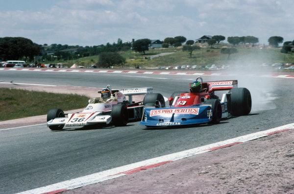 Jarama, Madrid, Spain. 6th-8th May 1977. Emilio de Villota, McLaren M23 Ford, (left) alongside Boy Hayje, March 761 Ford, in practice. Ref: 77ESP10. World Copyright: LAT Photographic