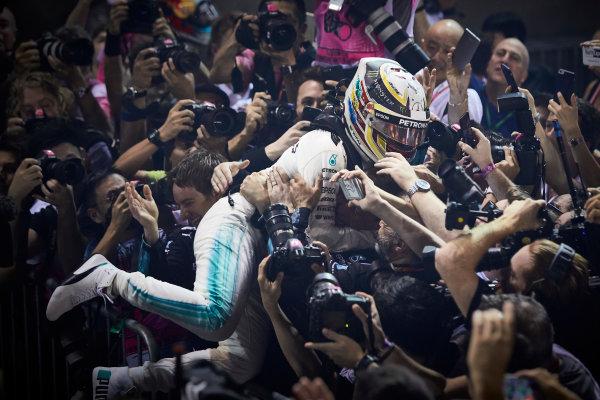 Marina Bay Circuit, Marina Bay, Singapore. Sunday 17 September 2017. Lewis Hamilton, Mercedes AMG, 1st Position, celebrates on arrival in Parc Ferme. World Copyright: Steve Etherington/LAT Images  ref: Digital Image SNE17159