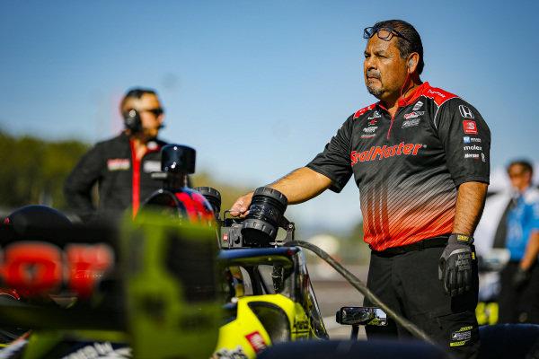 #18: Ed Jones, Dale Coyne Racing with Vasser Sullivan Honda crew member