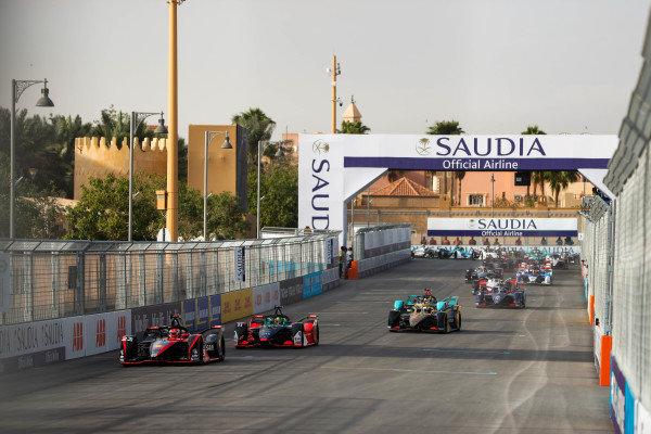 Sébastien Buemi (CHE), Nissan e.Dams, Nissan IMO2 leads Lucas Di Grassi (BRA), Audi Sport ABT Schaeffler, Audi e-tron FE06 andAntonio Felix da Costa (PRT), DS Techeetah, DS E-Tense FE20