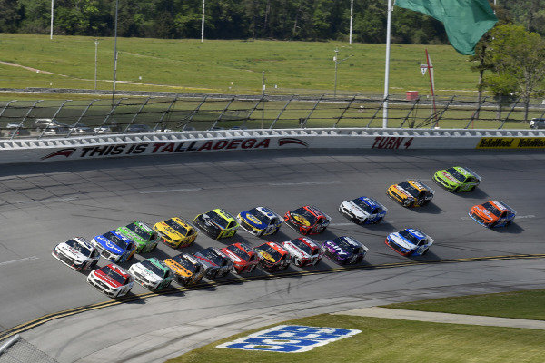 #24: William Byron, Hendrick Motorsports, Chevrolet Camaro Liberty University and #21: Matt DiBenedetto, Wood Brothers Racing, Ford Mustang Motorcraft Quick Lane