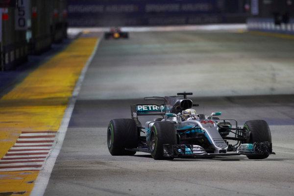 Marina Bay Circuit, Marina Bay, Singapore. Sunday 17 September 2017. Lewis Hamilton, Mercedes F1 W08 EQ Power+, leads Daniel Ricciardo, Red Bull Racing RB13 TAG Heuer.  World Copyright: Steve Etherington/LAT Images  ref: Digital Image SNE19466