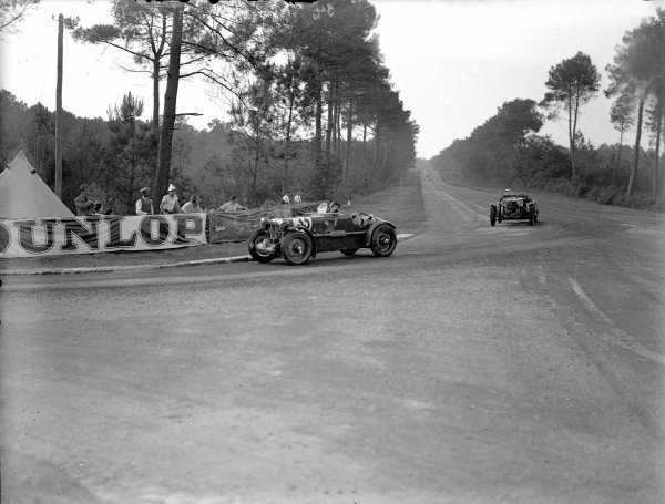 Le Mans, France. 16-17 June 1934.John Ludovic Ford/Maurice Baumer (MG Magnette K3) leads John Cecil Noel/JCN Wheeler (Aston Martin Ulster).Ref-Motor 800/81.World Copyright - LAT Photographic