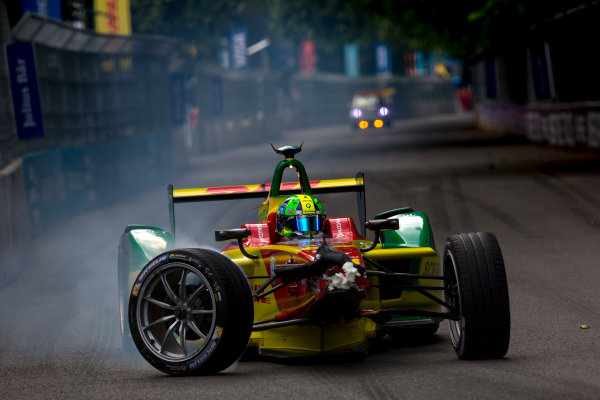 2015/2016 FIA Formula E Championship. London ePrix, Battersea Park, London, United Kingdom. Sunday 3 July 2016. Lucas Di Grassi (BRA), ABT Audi Sport FE01, returns to the pits with his damaged car. Photo: Zak Mauger/LAT/Formula E ref: Digital Image _79P2274