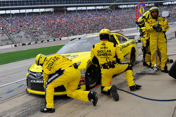 9-10 April, 2015, Fort Worth, Texas USA Matt Kenseth, Dollar General Toyota Camry pit stop ?2015, Jennifer Coleman LAT PHOTO USA