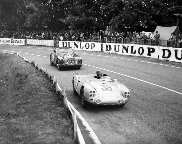 Johnny Claes / Pierre Stasse, Porsche KG, Porsche 550/4 1500 RS Spyder, leads Jean-Paul Colas / Hermano da Silva Ramos, Aston Martin DB2/4 Vignale.